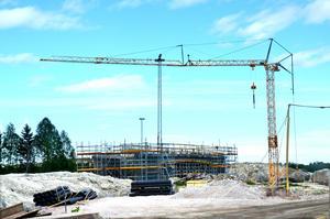 En del av det omfattande arbetet är den nya vägbro som byggs över järnvägen, på samma plats  där Dingersjö värdshus låg tidigare.