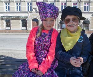 Olivia och Melissa, båda är sex år. – Det tog inte lång tid att sminka sig, berättar Melissa, som sitter till höger.