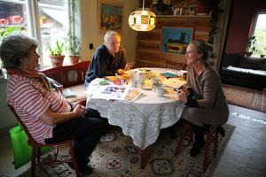 Kulturföreningen Lyran i Skattungbyn firar snart 25-år med fest i bystugan. Carina Gillgren, Stisse Andersson och Eva Nordfjell sitter alla i föreningens styrelse.