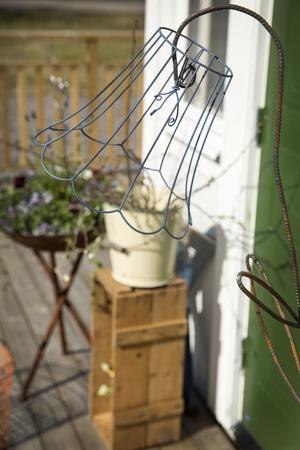 En gammal lampskärm och armeringsjärn har blivit till en klockformad blomma under Idas svetslåga.