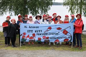 Hela gänget som protesterade under lördagen. Både medlemmar från PRO i Bräcke och från Tantpatrullen. På banderollen står det