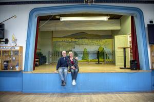 Vännerna Bernt Lindbäck och Viola Bogstag är båda med i fastighetssektionen i Nivren folkdansgille