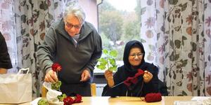 Stickling och stickning. Mary Eriksson och Mahgul Haidagri medverkar i cirkelträffarna där Medborgarskolan betalar hyran av lokalen.
