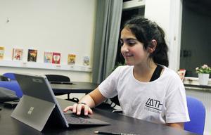 Verna Zaher jobbade med spanska under öppet hus-kvällen. Den digitala plattformen gör att alla elever enkelt har tillgång till samma material, förklarar hon.