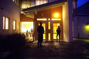 Under fredagen fanns det ordningsvakter vid huvudentrén till Norrtullskolan. Övriga dörrar var låsta.