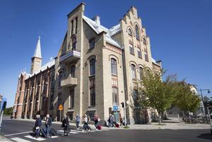 Den övre balkongen hörde till prästbostaden och på bottenvåningen flyttade Stadsbiblioteket in.