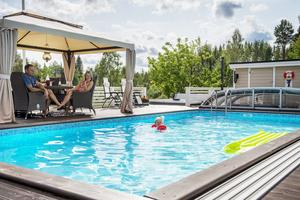 Paviljongen ger skön skugga när solen blir för varm. Barnbarnet Elvira älskar att bada i mormor och morfars pool.
