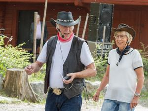 – Vi är rock n´roll pensionärer. Vi är den generationen nu och inte någon slowfox, säger Vivi - Anne Karnstedt här med Jan Hellberg under uppvisningen.