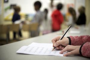 En elev arbetar i klassrummet.