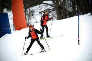 Karl Aspholm tar rygg på syrran Magda i den trixiga slalombanan.