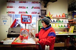 Det är dags att få iväg julkorten. Ann-Britt Persson är på sitt dagliga besök på affären.– Man springer här nästan varje dag, det är alltid något man behöver.Ann-Britt Persson är glad över att affären fått vara kvar.– Det är det bästa som har hänt, säger hon.
