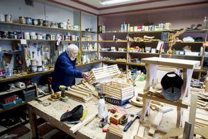 I den gamla affärslokalen på Lönnvägen i Vallvik står tomtar, kälkar och snickrade saker på rad. Många av dem är Thure Leijner beredd att lämna bakom sig när han nu flyttar till Bergvik.