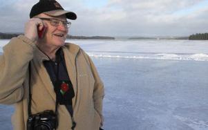 Thomas Dolk är engagerad i isbanan. Här ringer han Wolfgang som seglar isjakt i fjärran. FOTO:?Seth Jansson