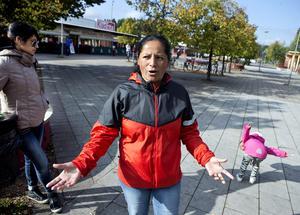 """FÖRSTÅR ORON. Jessica Garcia, 43, promenerar på Bäckby torg med vännen Ariela Rossi, 20, och dottern Fresia, 4. """"Jag trivs här men visst finns det stora problem"""", säger hon."""