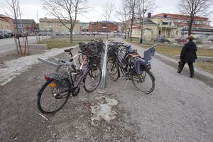 Det skulle bli cykelkurer med tak, men det blev en öppnare lösning till sist.
