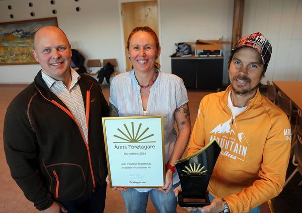 Crister Lindh, ordförande Företagarna Härjedalen, med Mia och Jon Wagenius som är årets företagare i Härjedalen.