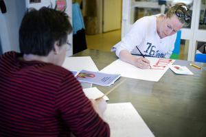 Elisabeth Berglund Brolin tillverkar det plakat som hon ska gå med 1 maj.