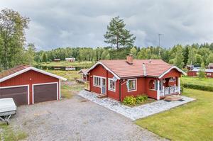 Timrat hus för permanent eller fritidsboende. Mycket sjönära läge ca 50 meter från tomtgräns till sjön Nedre Noren.