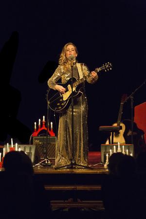 Sofia Karlsson får höga applåder när hon äntrar scenen för andra gången under kvällen, denna gång i en glittrande guldklänning.