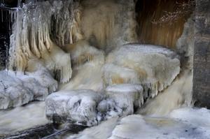 Vattnet rinner förbi isformerna i turbinhusets utlopp