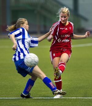 Fanny Gunnarsson lossar ett vänsterskott, men inget mål den gången.