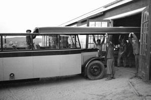 Cabrioletbuss där taket skjuts på plats. Karossen är tillverkad av Hägglund & söner.