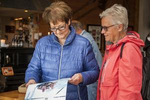 – Man är lite nyfiken på gubbarna, säger Aina Halvarsson (till vänster) till Britt-Marie Mattsson som köpt kalendern varje år den kommit ut.
