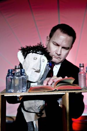 Skådespelaren Mats Jadin agerar åt vetenskapsmannen Faust.