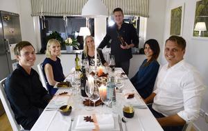 Samlade runt bordet för varmrätten i matstafetten hemma hos Anderstams. Från vänster, Niklas Andersohn, Jessica Rova, Emma och Andreas Anderstam, Shadra Daoud och Erik Nilsson.