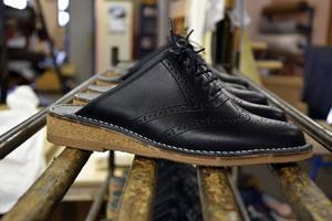 Slippers på rad, i det här fallet designade av formgivaren Mats Theselius, uppvuxen i Ramsele.