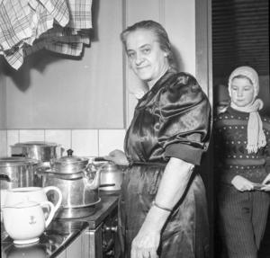 Husmor i köket var och ansvarig för kaffekokning var fru Tyra Lindeborg. Ungdomarna hjälptes med servering och handräckning.