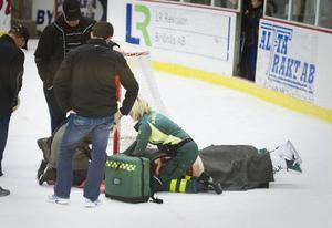 Otäcka scener utspelade sig i Alfta ishall under fredagen. Hemmamålvakten Richard Johansson blev påkörd av en motståndare och fick föras till Gävle i ambulans.