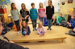 Kappsången. Klass fyra sjunger Kappsången, med Maja Östlund och Sofie Ekman som håller takten och närmast musiklärare Fredrik Englund.