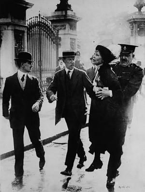 Polismakt. Emily Pankhurst tvingas bort av polis när hon kampanjar för rösträtt utanför Buckingham Palace i London.