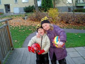 2 aikfans som är mina barnbarn izabella och zacharias en fin höstdag