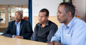 Vill hjälpa till. Ahmed Hassan, Aden Barre, och Mohamed Hussein följder rapporteringarna från Somalia med oro. I dag håller de i ett krismöte med alla Somalier i Västerås för att samla in pengar till de drabbade i hemlandet.