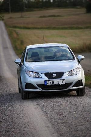 Seat Ibiza i miljöbantad version tar sig fram en bra bit under halvlitern per mil. Men utseendet har det inte sparats på – bilen är ritad av samme man som gav Lamborghini Gallardo dess former.    Foto: Rolf Gildenlöw