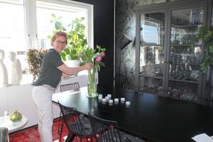 Annelie Schiller, årets färghandelmadame hälsar oss välkomna till takvåningen på Sjötullsgatan 4 som hon delar med maken Tommy.
