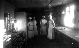 Bageriidkerskor. Det här är troligen bageriet på Sturegatan, systrarna Alma och Anna står till höger i bild.