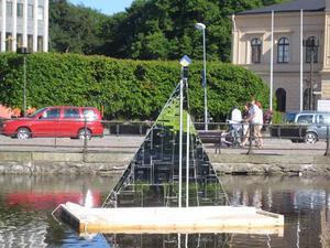 "Västerås i 900 skärvor. 2009 sattes Georgianna Krallis skulptur ""Flotte"" ut i Svartån. Foto: Georgianna Kralli"