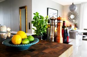 Carina har inrett köket med många fina detaljer. Porslinsskålen är av märket Mateus och är inhandlad på Tullhuset Living i Västerås.