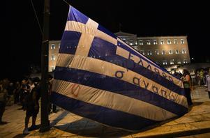 Protester utanför det grekiska parlamentet. På flaggan står det