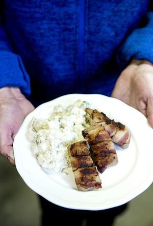Baconsnurra med potatissallad. Snurran kan du göra av fläskfärs och bacon, och grilla eller steka.