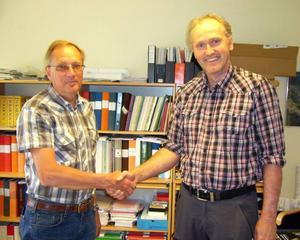 Avtalet om skogsförvaltning träffades av kommunens tekniske chef Jerker Blomqvist till vänster och Mellanskogs Lars Wirén.  Foto: Okänd