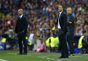 Bayern Münchens Pep Guardiola och Barcelonas Luis Enrique följer spelet på plan från sidolinjen.