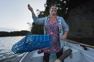 Första mjärden. Kräftor finns där de kan hitta skydd på botten, som exempelvis under stenar. Jenny Ahlenius läser därför av stranden från båten och använder i bland ekolod för att hitta de ställen hon tror kan vara bra.
