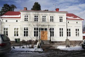 Tingshus står det ovanför dörren till Dellenkulturs hus som myllrar av liv, trots renoveringsbehov.