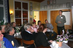 Harald Knutsen, projektledare på Banverket, fick svara på många frågor vid informationsmötet i Jättendal.