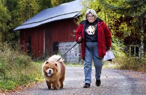 Christina Windh och hunden Birk som åkte ända från Örebro till träffen i Karlsänge.