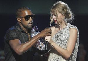 Osams. Kanye West stormar scenen mitt under Taylor Swifts tacktal på MTV:s VMA-gala 2009.    Jason DeCrow